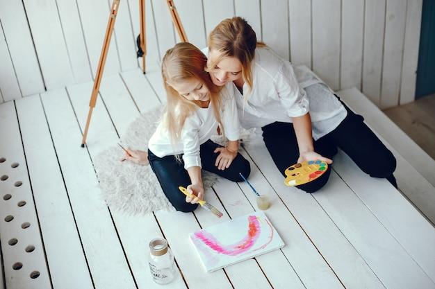 美しいママと娘が描いています 無料写真