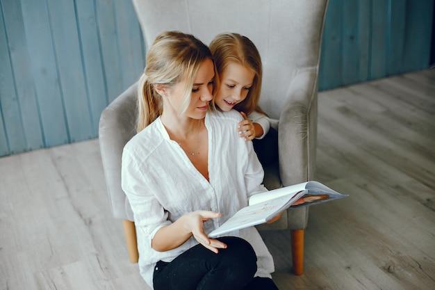 母娘と一緒に本を読んで 無料写真