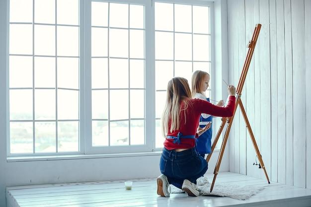 ママと娘が描いています 無料写真