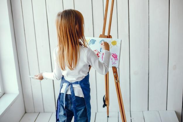描く少女 無料写真