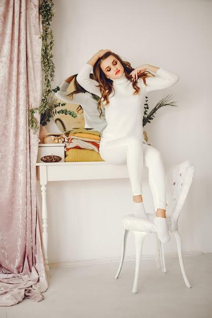 Милая девушка с свитерами Бесплатные Фотографии