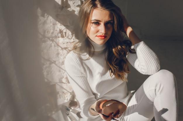 化粧品でかわいい女の子 無料写真