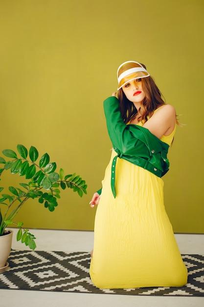 Модная девушка в студии Бесплатные Фотографии
