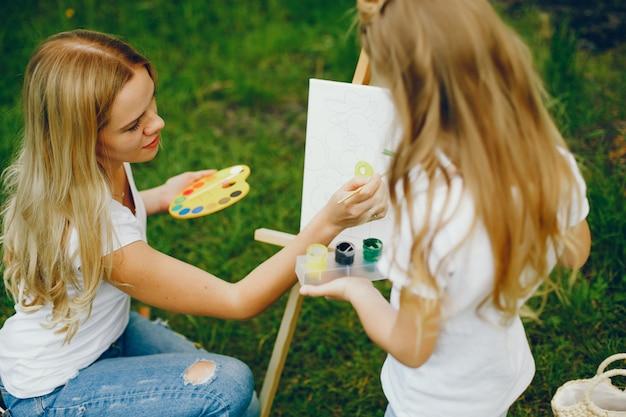 公園で描く娘を持つ母 無料写真