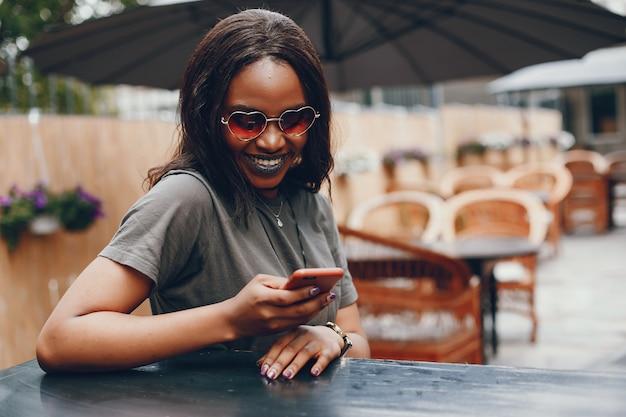 夏の街でエレガントな黒人の女の子 無料写真