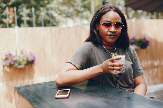Элегантная черная девушка в летнем городе Бесплатные Фотографии
