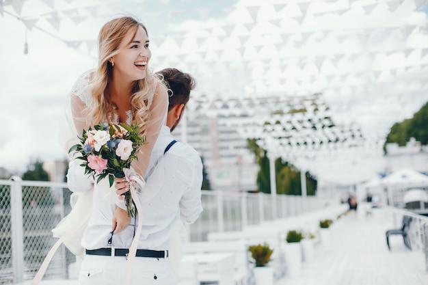 Красивая невеста с мужем в парке Бесплатные Фотографии