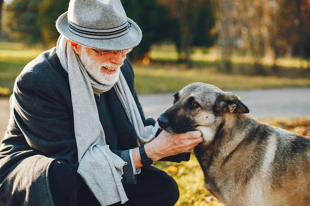Элегантный старик в солнечном осеннем парке Бесплатные Фотографии