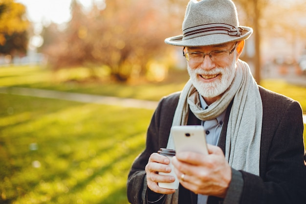 日当たりの良い秋の公園でエレガントな老人 無料写真