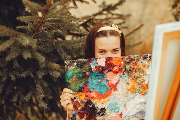 美しい少女の分野で描く 無料写真