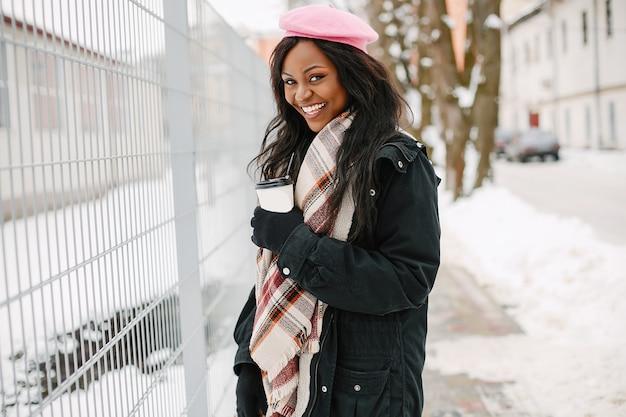 冬の街でエレガントな黒人の女の子 無料写真