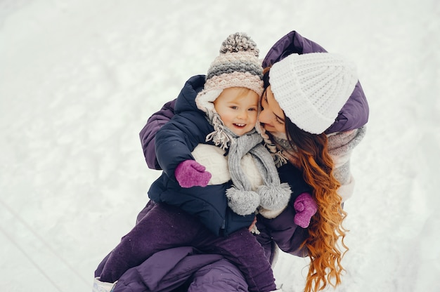 Мать и дочь в зимнем парке Бесплатные Фотографии