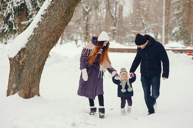 冬の公園で両親と小さな女の子 無料写真