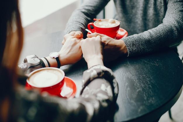 Милая пара проводит время в кафе Бесплатные Фотографии