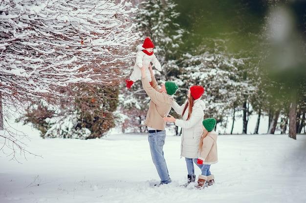 Семья с милыми дочерьми в зимнем парке Бесплатные Фотографии