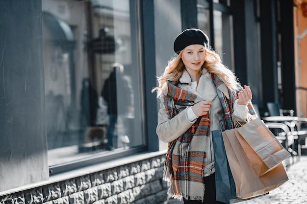 Элегантная милая блондинка гуляет по городу Бесплатные Фотографии