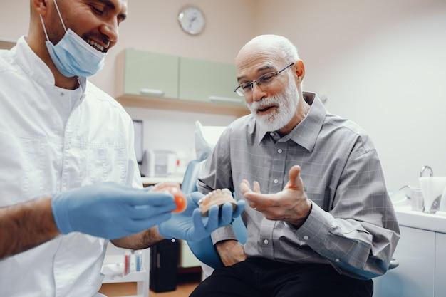 Старик сидел в кабинете стоматолога Бесплатные Фотографии