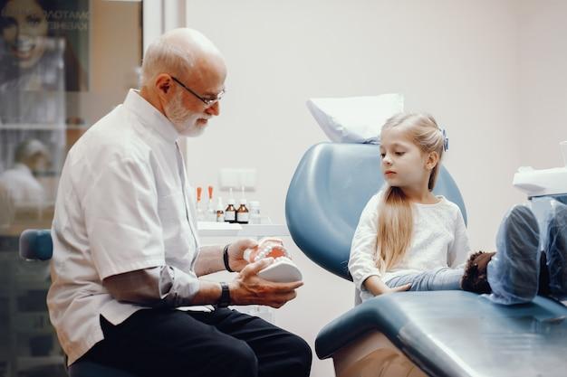 歯科医のオフィスに座っているかわいい女の子 無料写真