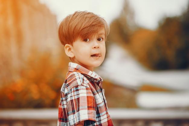 Милый маленький мальчик, играя в парке Бесплатные Фотографии