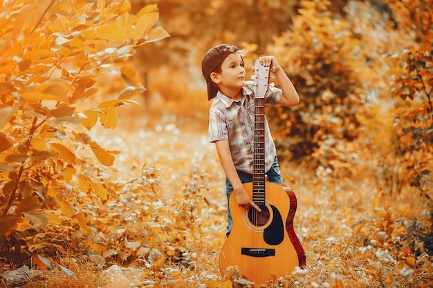 公園で遊ぶかわいい男の子 無料写真
