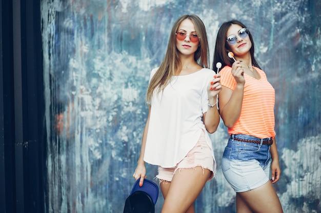 Две красивые девушки в летнем парке Бесплатные Фотографии