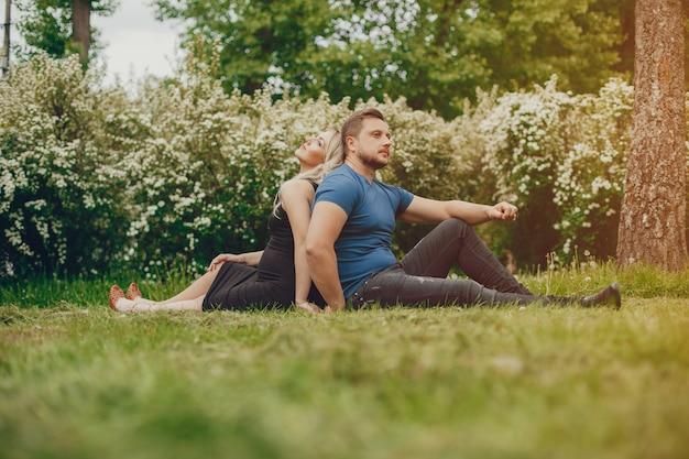 夏の公園で彼女の夫と妻 無料写真