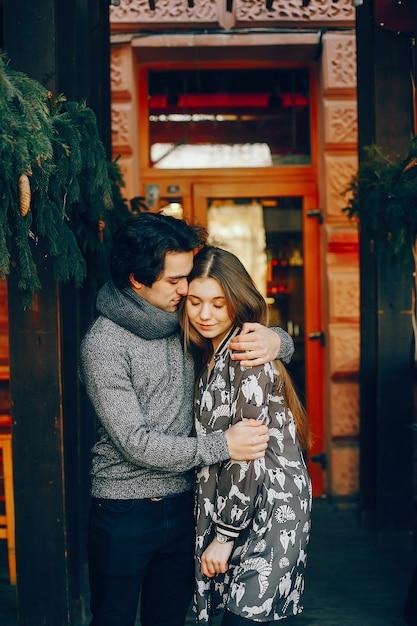 冬の街でかわいいと愛情のあるカップル 無料写真