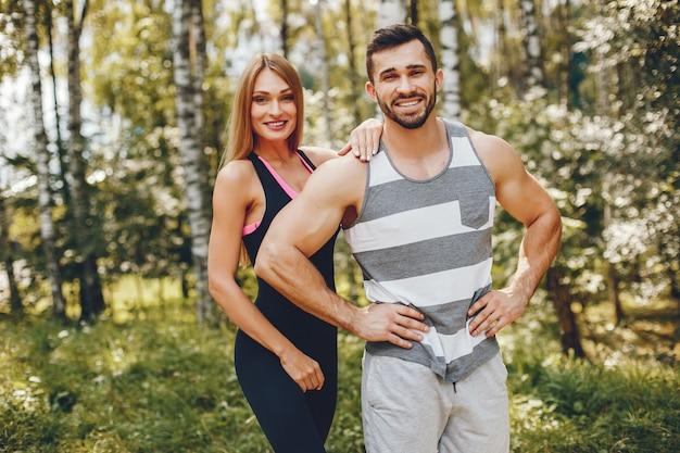 朝の夏の公園でスポーツカップル 無料写真