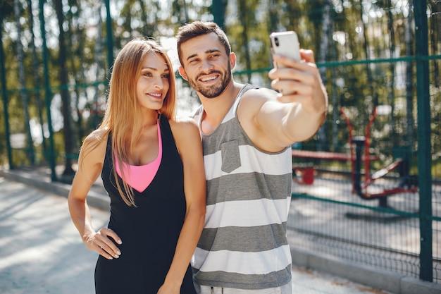 Спортивная пара в утреннем летнем парке Бесплатные Фотографии