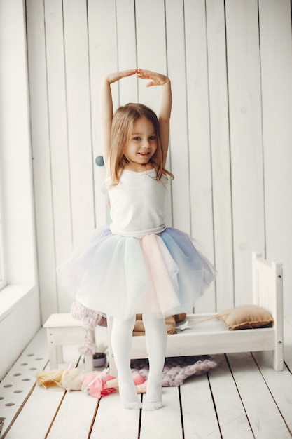 家で踊っているかわいい女の子 無料写真