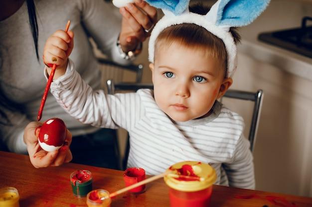 台所で幼い息子を持つ母 無料写真