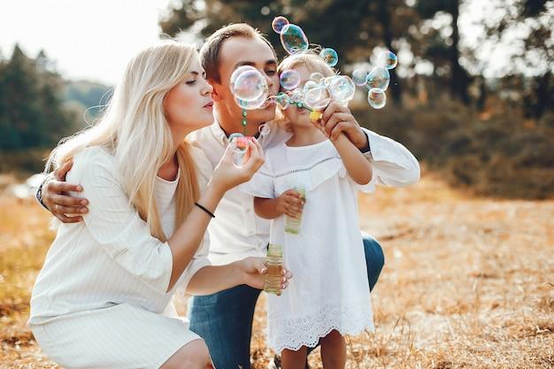 夏の公園で遊ぶかわいい家族 無料写真