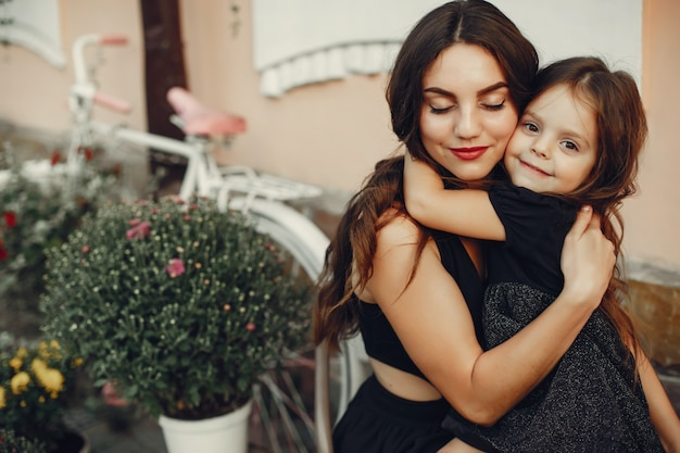 Милая и стильная семья в летнем городе Бесплатные Фотографии