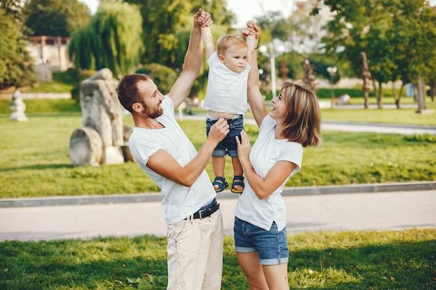 夏の公園で遊ぶ息子と家族 無料写真