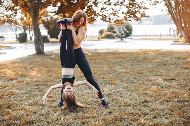 夏の公園でスポーツ家族 無料写真