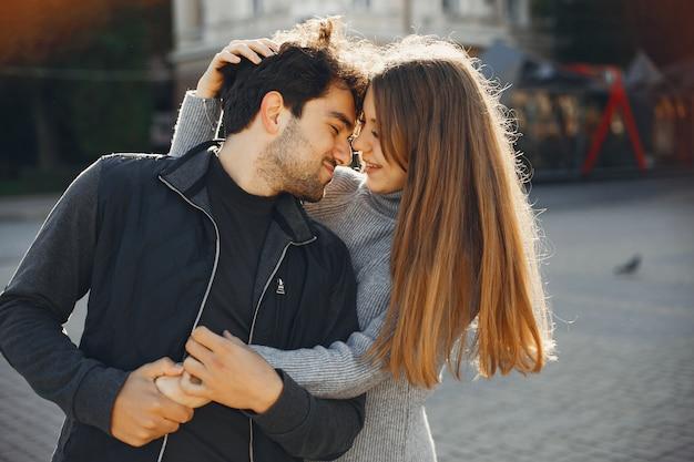 美しいカップルは、夏の街で過ごす 無料写真