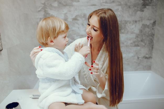 浴室で幼い息子を持つ母 無料写真