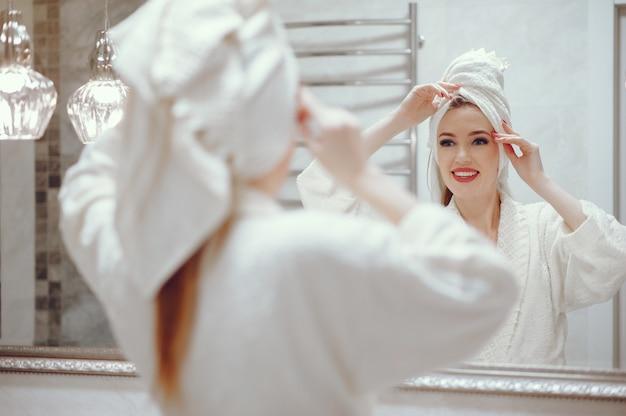 浴室に立っている美しい女性 無料写真