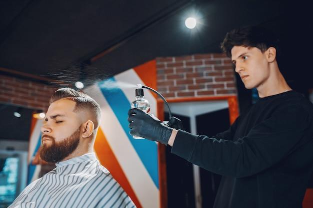 Стильный мужчина сидит в парикмахерской Бесплатные Фотографии