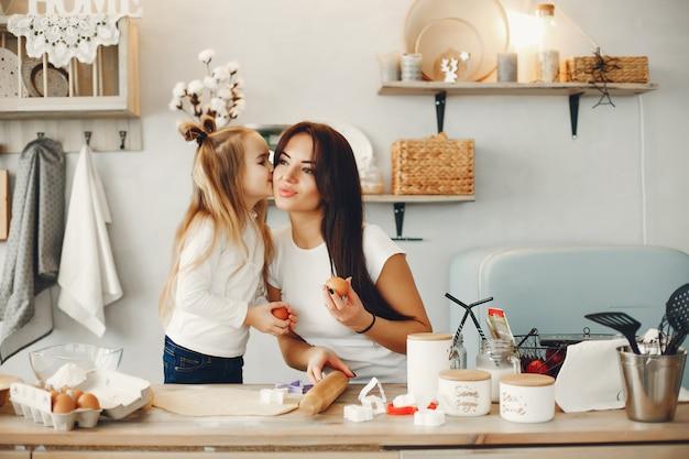 Семья готовит тесто для печенья Бесплатные Фотографии