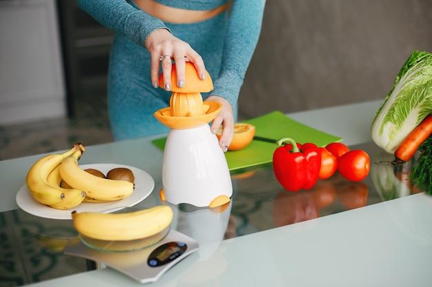 野菜と台所でスポーツ少女 無料写真