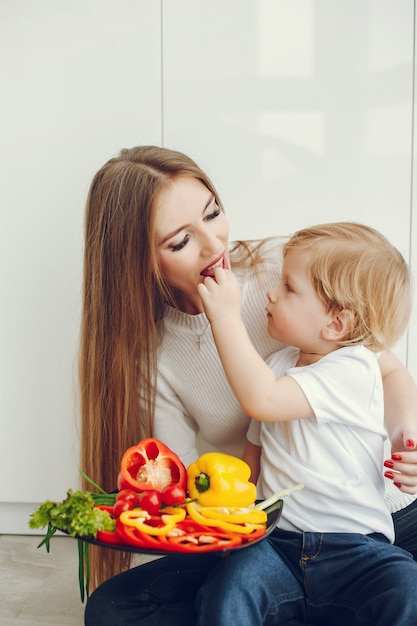 家族が台所でサラダを食べる 無料写真