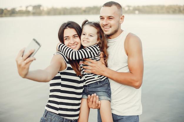 Семья с дочерью, играя на песке Бесплатные Фотографии