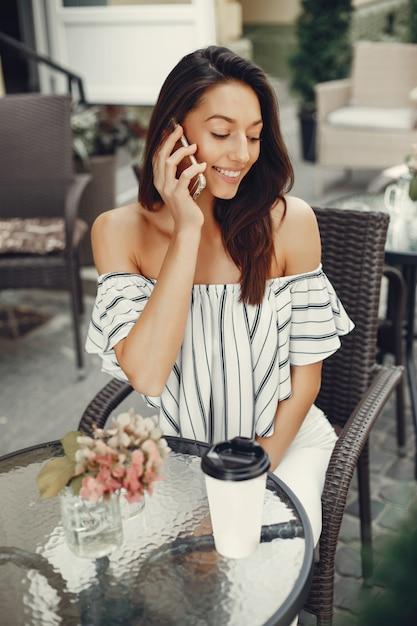 夏のカフェでファッションの若い女の子 無料写真