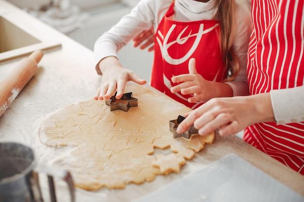 家族はクッキーのために生地を調理する 無料写真