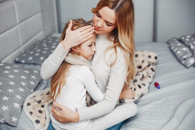 寝室で彼女の病気の娘を持つ母 無料写真