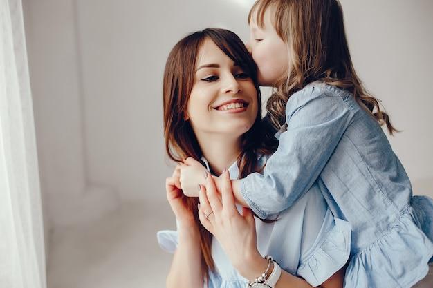 Мать с маленькой дочерью в комнате Бесплатные Фотографии