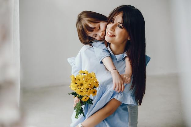 Мать с маленьким ребенком дома Бесплатные Фотографии