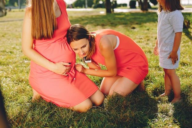 夏の公園で遊ぶ子供を持つ母 無料写真