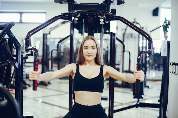 Спортивная девушка в утренней гимнастике Бесплатные Фотографии